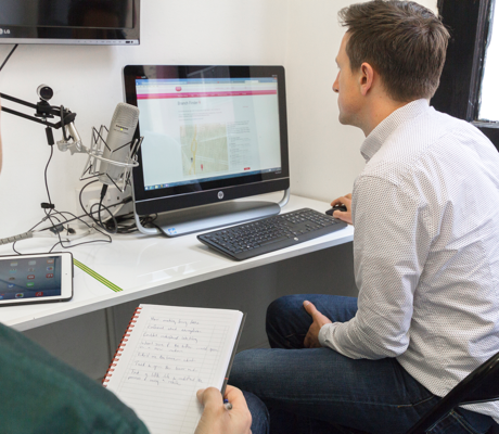 Hombre sentado frente a un monitor participando en una prueba de usario